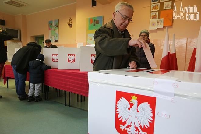 Wojciech Bronowski z prawa wyborczego już skorzystał. Ci, którzy jeszcze nie byli mają na to czas do godz. 21:00