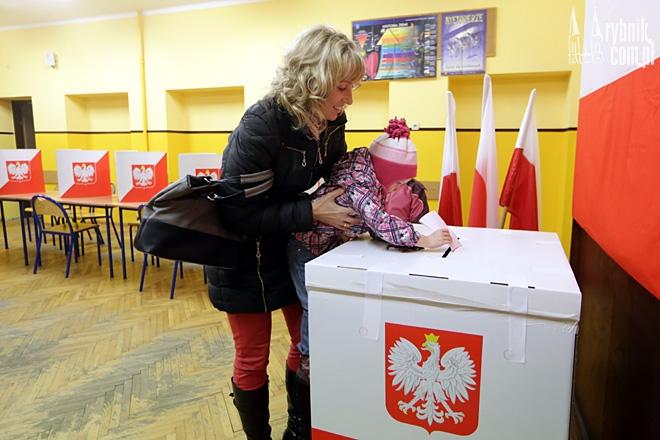 Obwodowe komisje wyborcze czekają na wyborców do godz. 21:00.