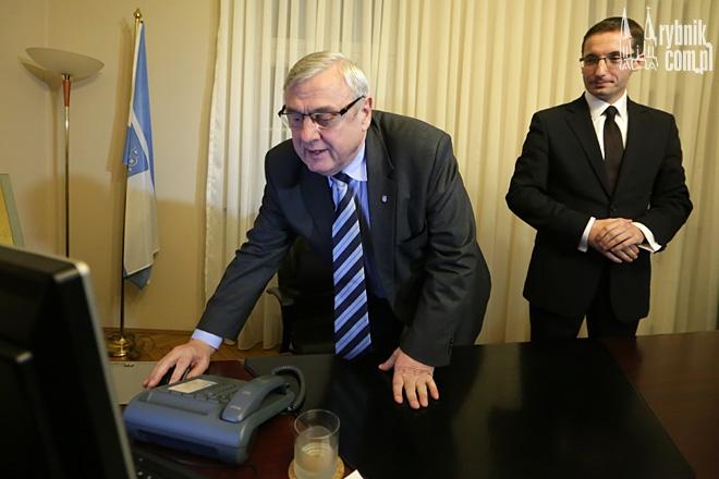 Adam Fudali przekazał swój gabinet nowo zaprzysiężonemu prezydentowi. W tym momencie odchodzący prezydent po raz ostatni wyłączył swój komputer