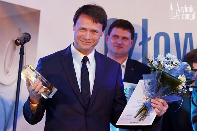 Rafał Tannenberg ze statuetką Człowieka Roku