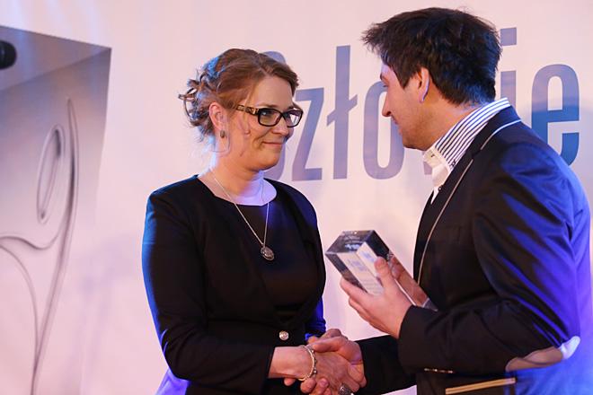 Laureatka Nagrody Internautów za 2014 rok - Gabriela Kamińska odbiera statuetkę z rąk Damiana Homoli - laureata z 2013 roku