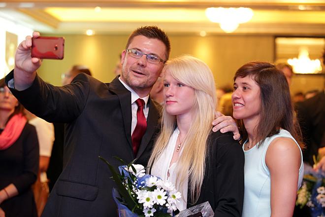 Ubiegłoroczna laureatka Konkursu w kategorii Sport - Anna Borowska (w środku) w towarzystwie trenera - Artura Kejzy i klubowej koleżanki - Agaty Perenc (Człowiek Roku 2010)