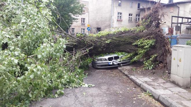 Na ul. Piasta został przygnieciony samochód