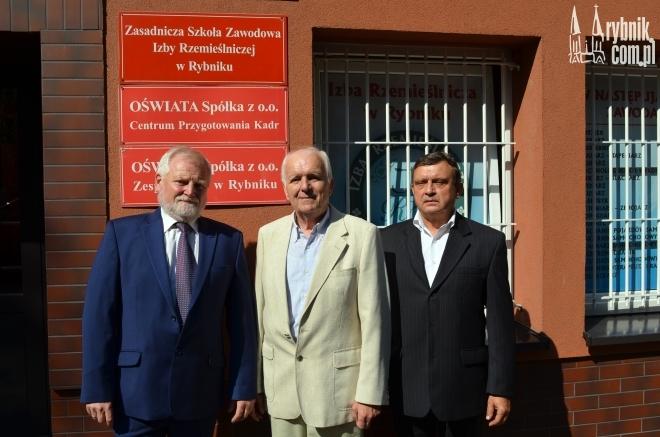 Na zdjęciu: Mieczysław Woźnica – wicedyrektor szkoły, Edward Szweda – dyrektor Izby Rzemieślniczej, Czesław Lapczyk – dyrektor szkoły