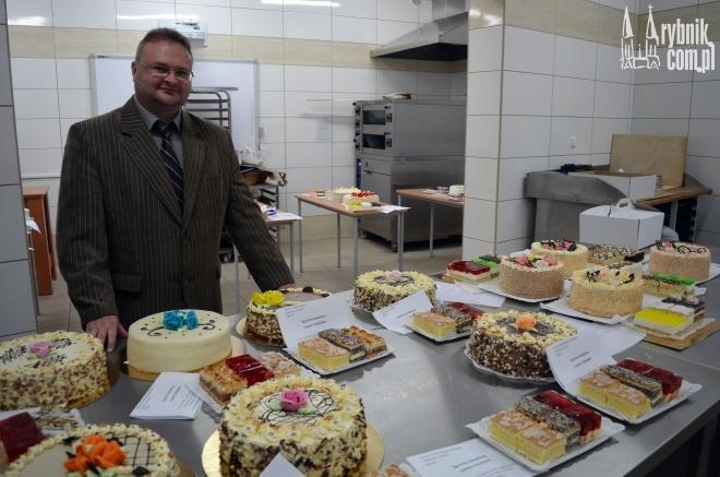 Lesław Konkol prezentuje dzieła młodych cukierników