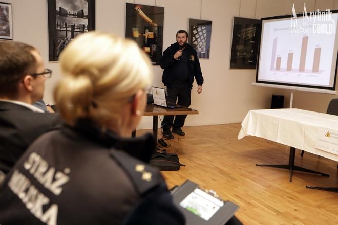 Podczas konferencji w Chwałowicach strażnicy miejscy nie byli w stanie powiedzieć ile dokładnie mandatów wystawiają za palenie śmieci w piecach
