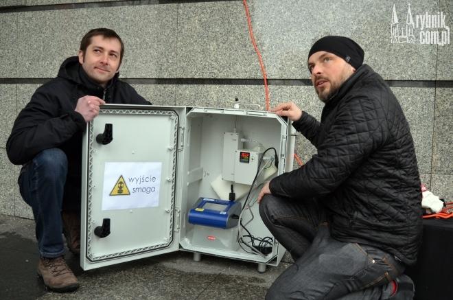Emil Nagalewski (z prawej) i Janusz Piechoczek sprawdzali wczoraj jakim powietrzem oddychamy