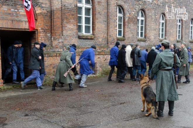 Żołnierze wyprowadzali więźniów na dziedziniec Juliusza