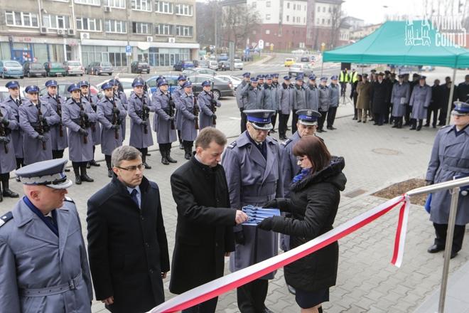 Symboliczną wstęgę do wyremontowanej komendy przeciął minister Mariusz Błaszczak
