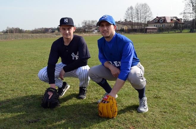 Na zdjęciu Artur Strzałka w stroju New York Yankees i Braden Lee - nowy trener KS ''Silesia''