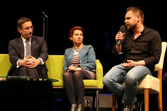 Panel dyskusyjny podczas Rybnickiego Forum Kultury. Od lewej: Piotr Kuczera, Izabela Karwot i Maciej Zygmunt.