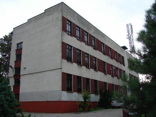 Z budynku przy ul. Raciborskiej przenosi się do gmachu po zlikwidowanym Zespole Szkół nr 4 im. Marii Curie – Skłodowskiej przy ul. Małachowskiego 145