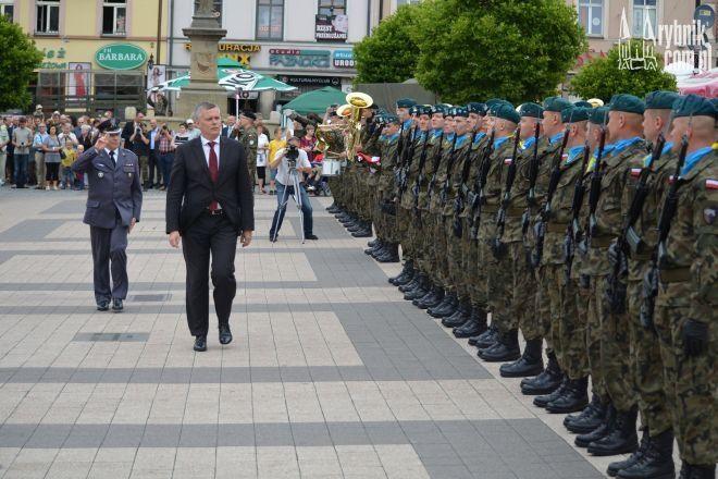 Tomasz Siemoniak wita się z żołnierzami na rybnickim rynku