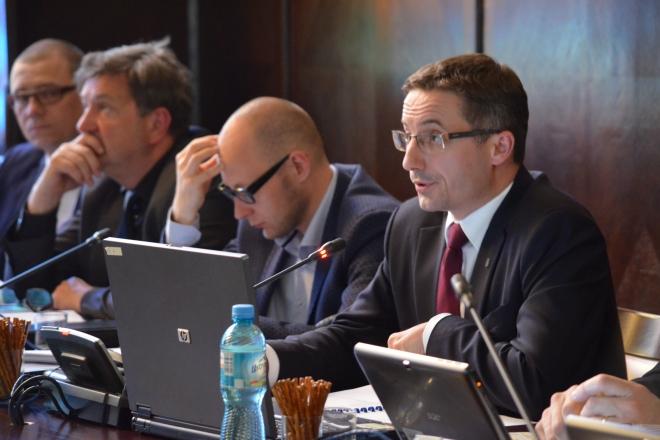 Prezydent Piotr Kuczera podczas przedstawiania radnym sprawozdania finansowego Rybnika za 2015 rok