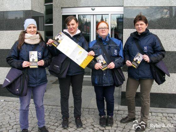 Foldery roznoszą pracownicy urzędu zajmujący się dostarczeniem korespondencji