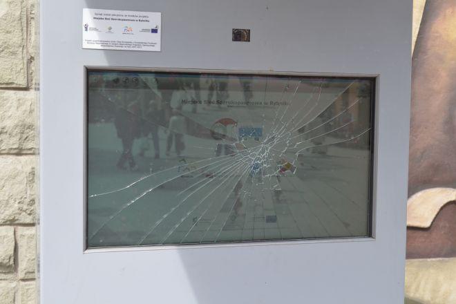 Ekran na Zamkowej ledwo się trzyma
