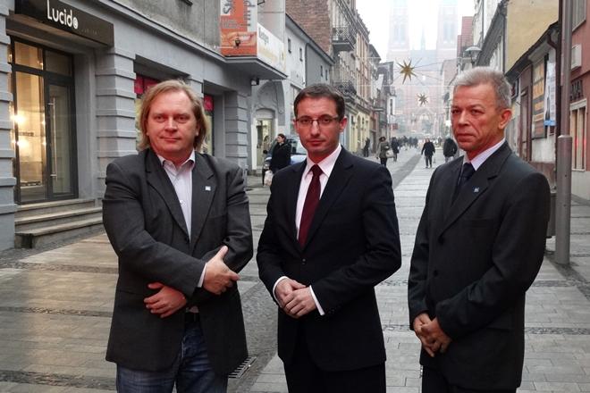 Na zdjęciu: Marek Polok (RAŚ), Piotr Kuczera (PO) i Jan Lubos (RAŚ)