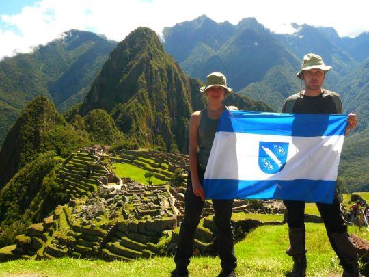 Rybnicka flaga na tle peruwiańskiego Machu Picchu