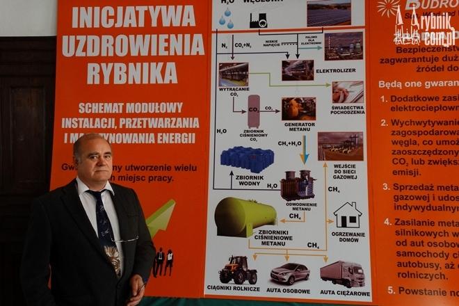 Józef Drożyński prezentuje schemat działania fabryki metanu