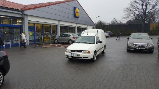 Dla naszego Czytelnika najlepszym ''mistrzem'' parkowania został kierowca tego volkswagena