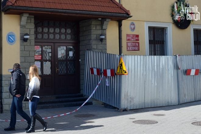 Wejście do muzeum i USC jest zamknięte. Do środka wejdziemy od ul. Marii Skłodowskiej-Curie
