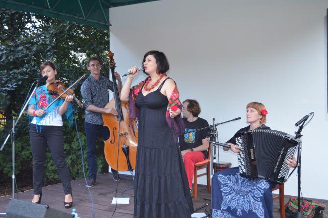 Muzycy z zespołu Zawiało zachęcają do wzięcia udziału w letniej przygodzie