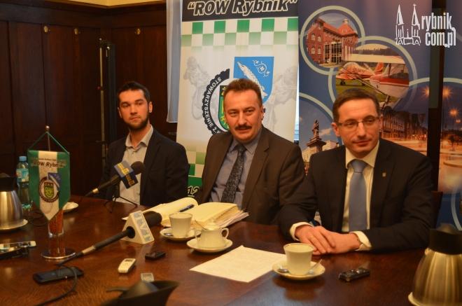 Na zdjęciu od prawej: prezydent Piotr Kuczera, prezes KS ROW Rybnik Krzysztof Mrozek i Jan Konikiewicz z One Sport Marketing