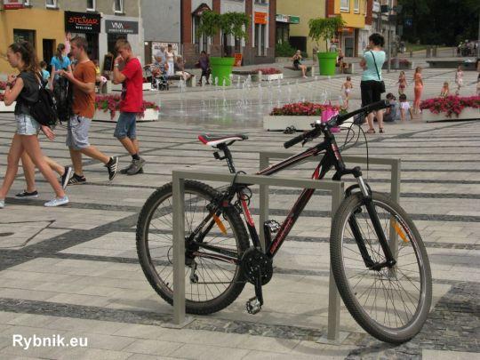 Tak prezentują się nowe stojaki rowerowe