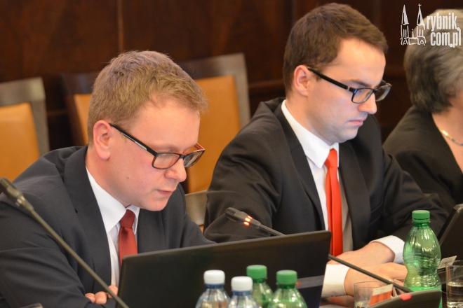 Przewodniczący komisji rewizyjnej - Łukasz Kłosek (z lewej) przedstawił radnym wyniki kontroli