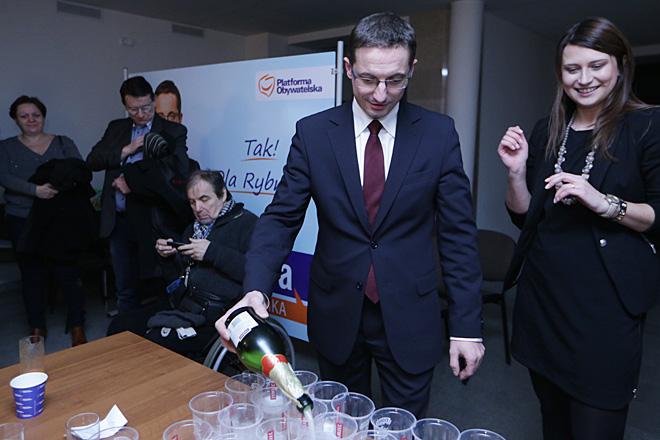 W sztabie Piotra Kuczery wystrzelił szampan - zaczęło się świętowanie