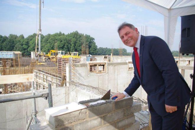 Burmistrz Wiesław Janiszewski na placu budowy Tenneco w Stanowicach