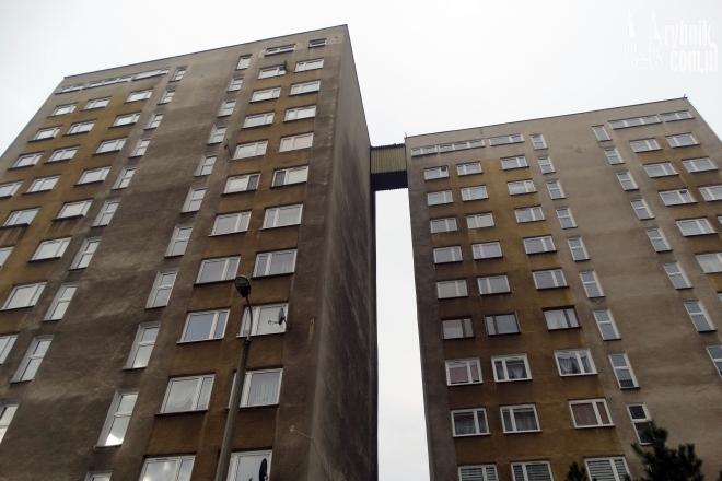 Mieszkańcy zamiast schodów wybierają windę w sąsiednim bloku, potem przechodzą przez łącznik