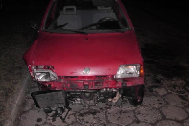 Kompletnie pijana kobieta uderzyła swoim samochodem w słup telefoniczny