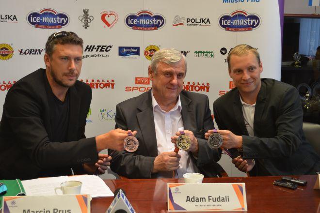 Marcin Prus, prezydent Adam Fudali i Marcin Strządała prezentują medale turnieju Plaża Open