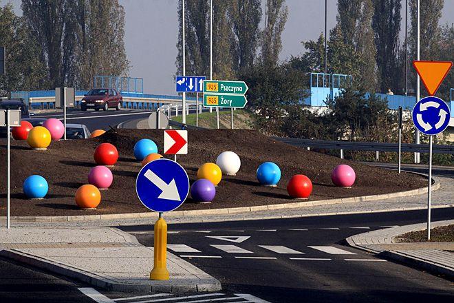 W zeszłym roku kierowców na rondzie na Żorskiej zaskoczyły te kule.