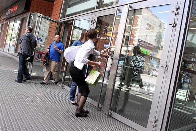 Kto choć raz był w galerii Focus Mall wie, że otwarcie tych drzwi to nie jest łatwa sprawa.