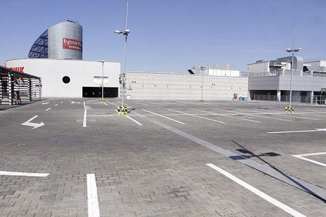 W miniony poniedziałek górny parking Plazy świecił pustkami