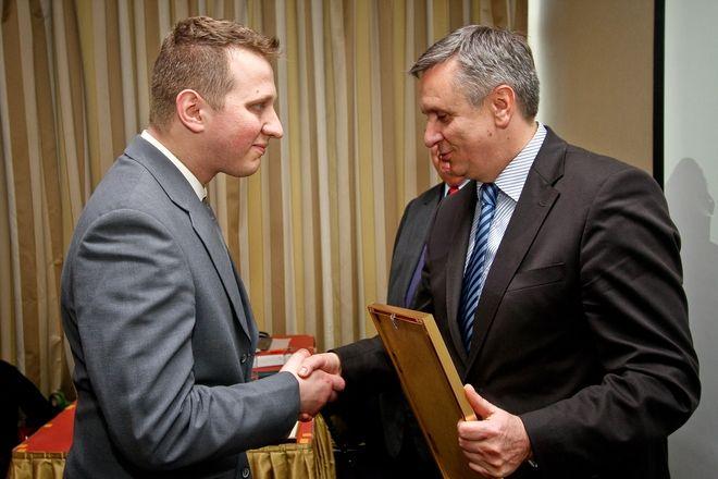 Przedstawiciel Restauracji Ośrodka Szkoleniowo-Wypoczynkowego Stodoły odbiera wyróżnienie z rąk wicemarszałka województwa Mariusza Kleszczewskiego