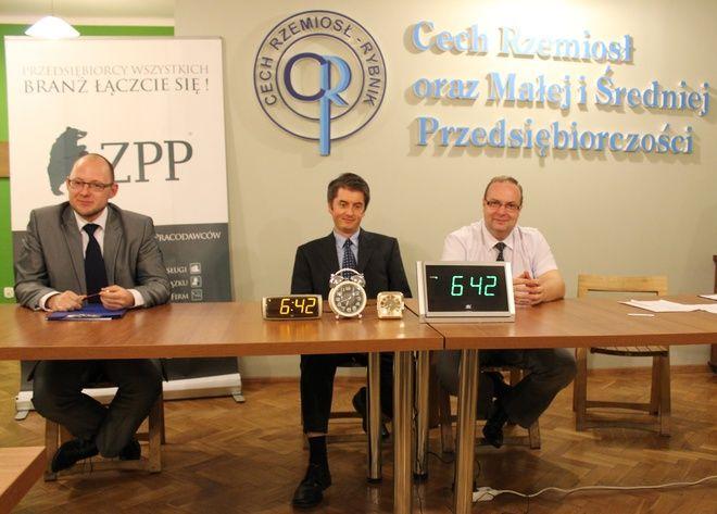 Akcja została zainaugurowana dokładnie o 6:42 wieczorem. Od lewej: Piotr Masłowski, Jarosław Cieciura i Wojciech Pfeifer
