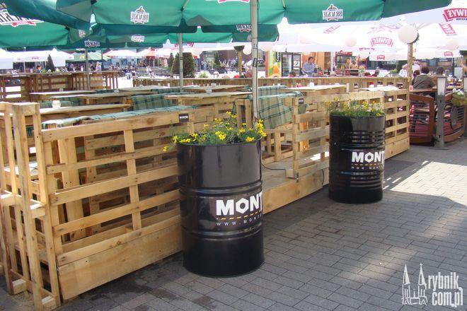 Na rynku przybywa ogródków. Kreatywną aranżacją ogródka popisał się Monter, który jest ozdobiony donicami z beczek, a parkan zrobiony jest z palet