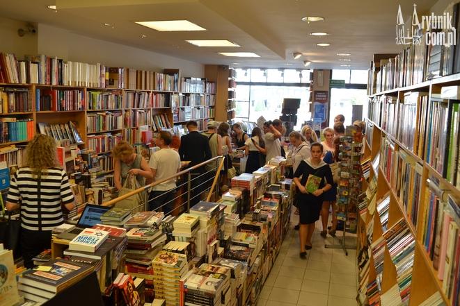 Kolejka za podręcznkami w księgarni Orbita