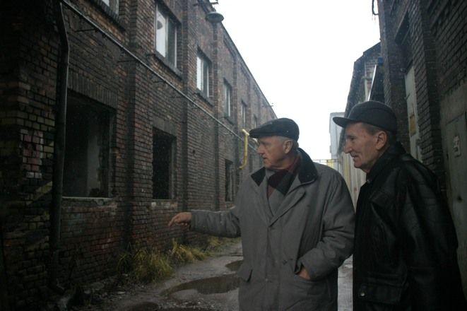 Czasy świetności Huty Silesia to przeszłość. Na zdjęciu autorzy książki o hucie - Jerzy Natkaniec i Franciszek Sycha
