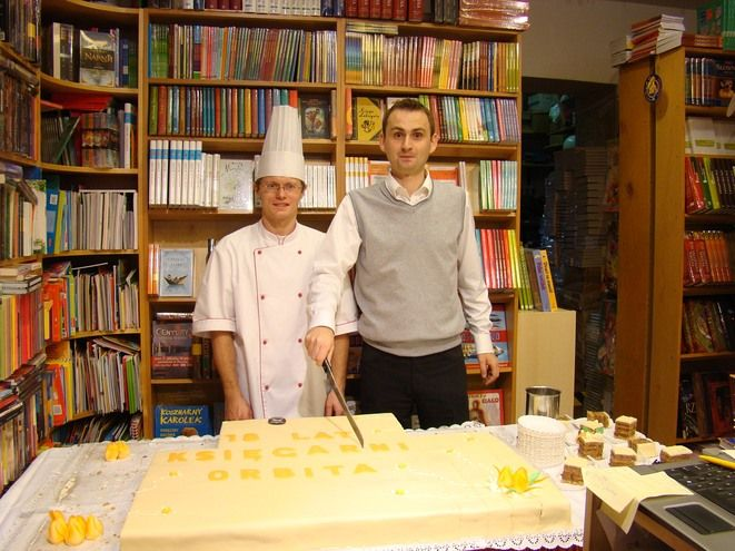 Jan Grzonka podczas krojenia urodzinowego tortu