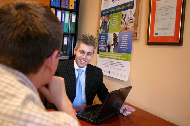 Konsultant Robert Szarras w Punkcie Konsultacyjnym obsługuje codziennie po kilku przedsiębiorców lub osoby chcące założyć działalność gospodarczą.