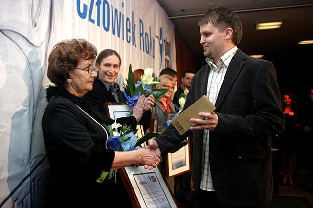Zeszłoroczna laureatka w kategorii Kultura - Kazimiera Drewniok odbiera statuetkę z rąk Bartosza Demczuka.