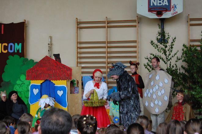 Nauczyciele przygotowali dla swoich uczniów niespodziankę w postaci przedstawienia pt. ''Czerwony Kapturek''