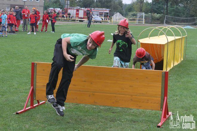 Uczniowie mieli okazję sprawdzić się m. in. w roli strażaków.