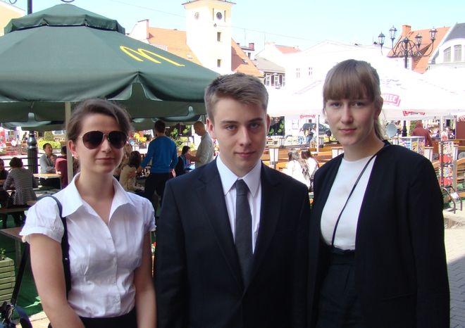 Natalia Trela, Jakub Więcek i Zuza Wolna po maturze pisemnej z języka polskiego