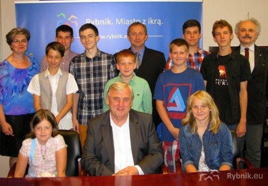 Prezydent Adam Fudali z młodymi pasjonatami turystyki