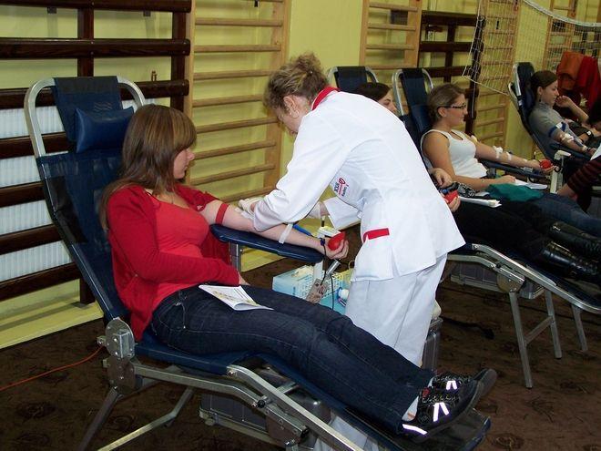Chętnych do oddania krwi w IV LO nie brakowało.